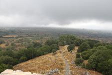 Обратно легче. Вид на Ласити.   От входа в пещеру открывается вид на плато Лассити. Оно представляет собой довольно большую равнину (10 х 6 км) на высоте 840 м. Равнина активно используется греками д