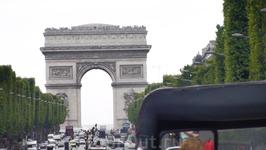 Улица Елисейские поля, кок показалось, одна из немногих с двухсторонним движением в Париже.
