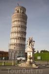 На переднем плане - Fontana dei Putti e Torre