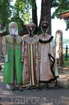 Напротив княжеских палат на территории кремля можно взять в прокат наряды и сфотографироваться в духе прошлых веков.