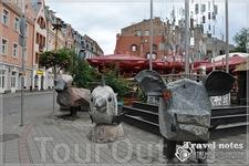 Возле кафе стоят каменные скульптуры,которые можно купить за несколько тысяч евро, даже ценники прилагаются.
