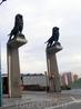 У входа на мост установлены вот такие львы, монументальные и очень горделивые. Они не старинные, из изваял скульптор Francisco Rallo Lahoz в 1991 году ...
