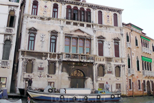 Климатические условия Венеции не щадят великолепные палаццо...