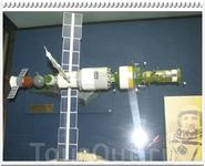 Модель орбитальной станции «Мир» с пристыкованными модулем «Квант» и космическими кораблями «Союз - ТМ» и «Прогресс-М».