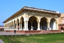 Красный форт Агры - монументальное сооружение с величественными бастионами и высокими мощными стенами. Был построен императором Акбаром в 1565 – 1573 годах ...