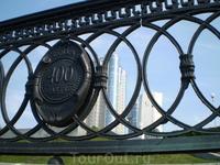 Вид на самарские новостройки сквозь ограду набережной