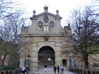 Другой вход в крепость — Леопольдовы ворота, построенные в 1678 г. Рядом с ними находятся остатки готических ворот времен Карла IV и крепостной стены. ...