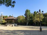 В центре парка вот такая музыкальная площадка для концертов на свежем воздухе.