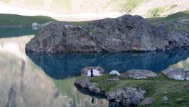 Наш лагерь на Большом Имеретинском озере,его второе название -озеро Безмолвия,высота 2560м