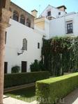 Красивы и спокойны тенистые Сады Алькасара, заложенные в XVI веке со множеством экзотических растений.