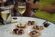 За 10 евро два бокала белого вина и к нему тестирование традиционных сицилийских закусок и приправ с белым домашним хлебом. Сначала нам принесли 5 маленьких ...