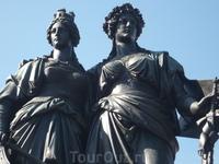 Две тетки. прям в центре у озера около цветочных часов. Как я понимаю, одна - символизирует Женеву, другая - Женевскую конфедерацию. И они присоединились. Обе женщины в теле, что, наверное, показывает