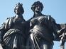 Две тетки. прям в центре у озера около цветочных часов. Как я понимаю, одна - символизирует Женеву, другая - Женевскую конфедерацию. И они присоединились ...