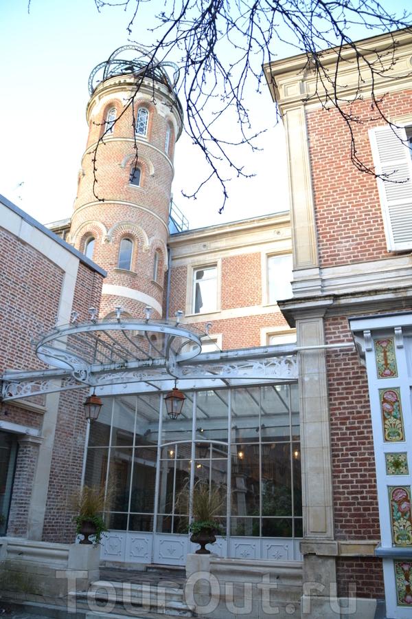 Центр наследия Жюля Верна  в доме с башенками Жюль Верн прожил 20 лет и написал самые известные свои произведения. Здесь ведутся работы по сохранению и изучению его творческого наследия, а также работает скромная, но тщательно подобранная выставка.