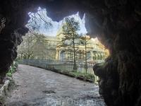 На берегу дворцового озера есть грот, который обычно закрыт небольшим водопадом.