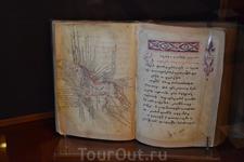 Фонды Матенадарана насчитывают более 17 тысяч древних рукописей и более 100 тысяч старинных архивных документов. Здесь хранятся 13 тысяч полных армянских рукописных книг и множество рукописных фрагмен
