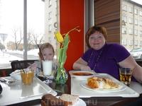 """Кафе """"Laada"""". Здесь мы обедали: привычная для нас и ребенка пища, за троих отдавали 9-12 евро"""