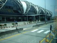 совсем маленький кусочек гигантского светлого аэропорта в бангкоке
