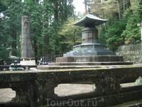 Внук Иэясу — Иэмицу - возводил весь этот ансамбль из синтоистских построек и буддийских храмов  спустя 20 лет после смерти деда.
