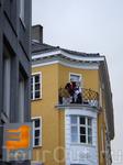 17 мая - праздничный день в Норвегии, парочка на балконе в Бергене...