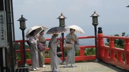 Горные храмы Нары. Храм Шиги-сан. Дамы на открытой веранде перед храмом