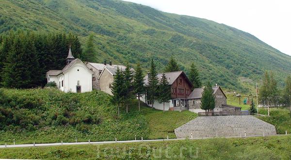 Самая маленькая деревня в Швейцарии – Zumdorf, население – 4 чел. Но!!! Есть своя церковь 1720 г. постройки и отель с рестораном.