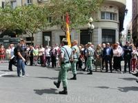 После этого вся процессия выходит на главную улицу города - La Rambla. Впереди идут военные - испанский легион, самая привилегированная часть испанской ...