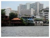В Бангкоке, как и во многих азиатских городах, соседствуют многоэтажки и трущобы.