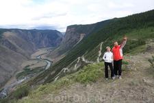 Чтобы спуститься в долину р.Чулышман, нужно преодолеть этот перевал. Перепад высот 800м. Реально страшно спускаться... Река Чулышман берет начало в оз ...