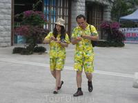 Кстати на Хайнане и конкретно в отеле очень много отдыхающих китайцев. Они любят одеваться в одинаковые костюмы, очень громко разговаривают, прямо-таки ...