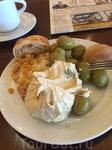 Мой типичный завтрак в отелях - Хумус намазывается на булки и оливки. Сок выжимается вручную самим. И газетка на английском. В принципе, я счастлив. )