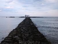 Церковь святого Николая в Георгиуполисе. Церковь построена прямо в море. К ней ведет тонкая 100-метровая дорожка из камней, но можно добраться и вплавь.