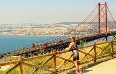 Самый красивый вид на Мост 25 апреля открывается с обзорной площадки у статуи Христа Кришту-Рей))