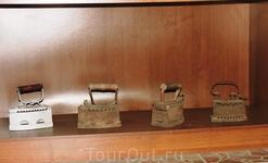 Старинные утюги... у моей бабушки такой тоже сохранился. На самом деле они невероятно тяжелые, хотя так и должно быть