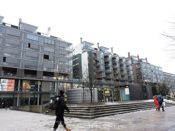 Вот это необычное здание меня очень впечатлило. Прозрачные кубики - это балконы, но я так и не поняла, жилое ли это здание... вот так вот жить у всех на виду... странно.