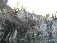 Помимо основных пяти разновидностей мраморов в Рускеале можно было найти  и темно-серые, почти черные мраморы.