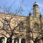 Проект синагоги принадлежит архитектору Людвигу Фёрстеру,до этого построившему синагогу в Вене.  Еврейская община, не вполне довольная творением Фёрстера ...