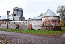 Белокаменная зубчатая стена с шестью шатровыми башнями окружает городок, придавая ему вид &quotкремля&quot