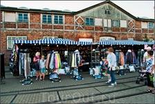 По субботам в рыбном порту устраивают ярмарки. А какой хлам продают!