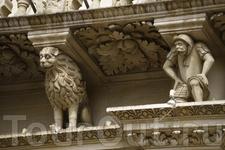 Базилика Санта Кроче. Строительство фасада и оформление начал Габриэле Рикарди, а закончил архитектор Цингарелло, который не только создал проект окна ...