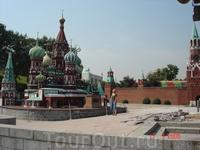 Собор Василия Блаженного и Кремль в пекинском Парке мира.