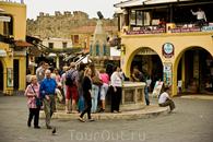 Площадь Гиппократа со средневековым фонтаном - главная площадь родосского Старого города