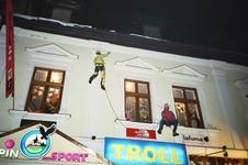Оригинальная реклама спортивного магазина на круповке..