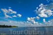 В ясную погоду водная поверхность превращается в полотно светописи, где находят свое отражение и тени, и сверкающие облака