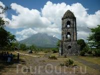 колокольня на фоне вулкана Майон