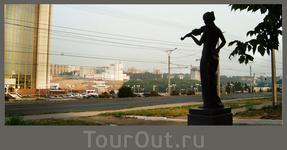 Президентский бульвар  скульптура скрипачки перед педагогическим университетом (худграффак)