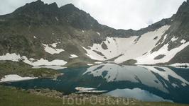 Возле озера оглушающая тишина и только где-то вдали иногда слышен шум сыплющихся камней