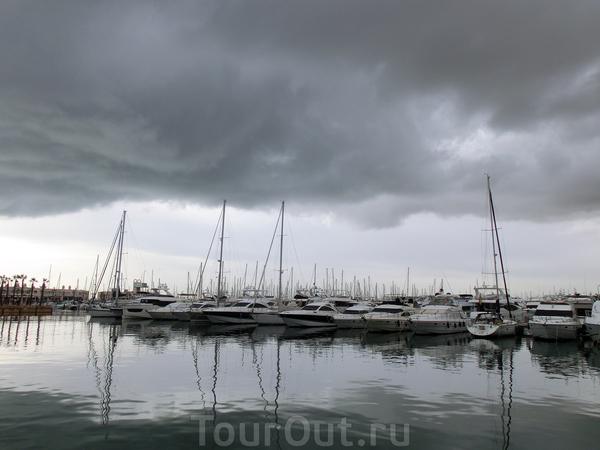 Порт Аликанте в районе города - это марина, заполненная яхтами разного размера и прогулочными катерами. По хорошей погоде можно прокатиться на кораблике, полюбоваться на город со стороны моря.