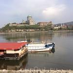 Мы совершили небольшой переезд по мосту через Дунай в соседнюю Словакию, чтобы с этого берега полюбоваться на прекрасную Базилику и крепостные стены Королевского ...