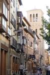 Как минарет, возвышается кирпичная колокольня церкви Санта - Томе ( Церковь Святого Фомы) с прорезами окон, обрамленными подковообразными арками и целым рядом украшающих ее многолопастных арочек, прид